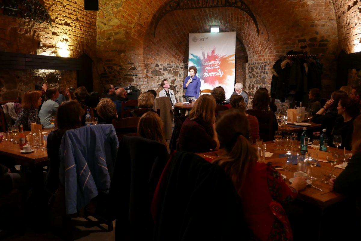 Rektorin Schücking spricht vor Teilnehmenden beim Kamingespräch in der Moritzbastei